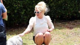Britney-Spears-Overjoyed-to-Pet-a-Pig-During-Hawaiian-Vacation.jpg